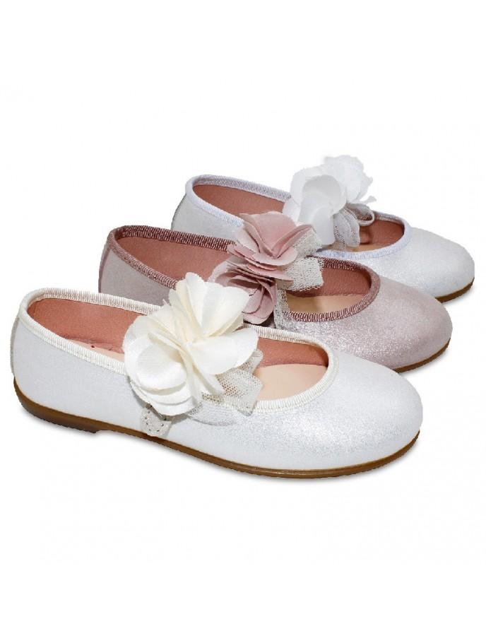 merceditas para comunion y ceremonias en piel metalizada tira adherente con flor en tul en color blanco, beige y rosa palo