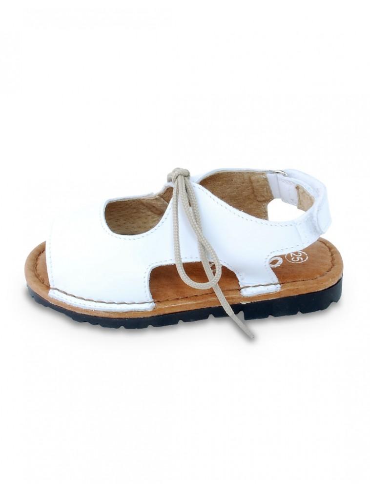 sandalia tipo menorquina con cierre de cordón en color blanco